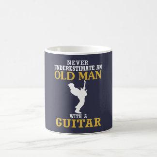 Caneca De Café Ancião - com uma guitarra