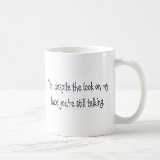 Caneca De Café Apesar do olhar em minha cara, você ainda está