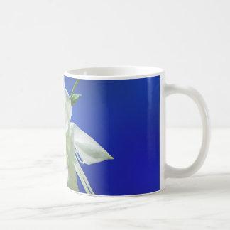 Caneca De Café Aquilégia branco no azul