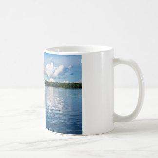 Caneca De Café Arquipélago na costa de mar Báltico na suecia