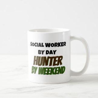 Caneca De Café Assistente social pelo caçador do dia em o fim de