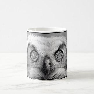 Caneca de café assustador da coruja
