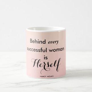 Caneca De Café Atrás de cada mulher bem sucedida é ela mesma