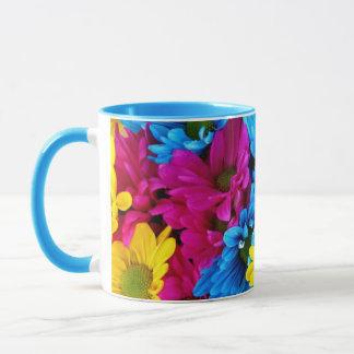 Caneca de café azul, amarela e cor-de-rosa lindo