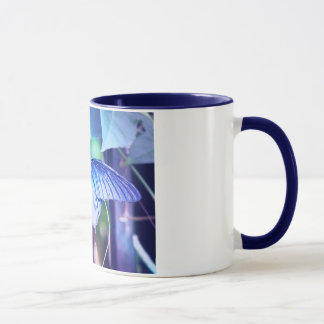 Caneca de café azul da borboleta