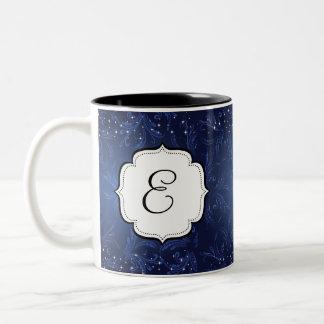 Caneca de café azul da meia-noite Monogrammed do