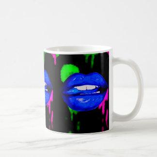Caneca de café azul de néon dos lábios da pintura