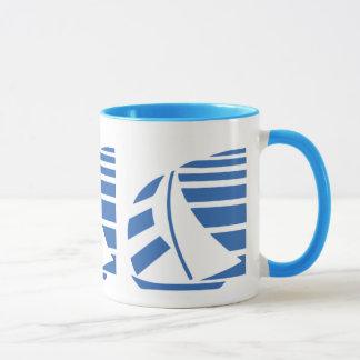 Caneca de café azul e branca do veleiro