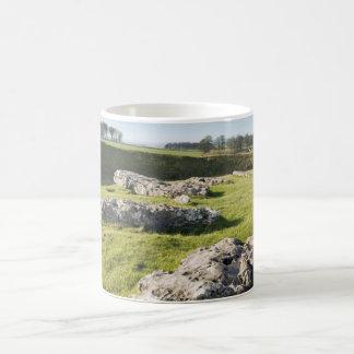Caneca De Café Baixo círculo de pedra do mandril na foto de