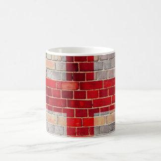 Caneca De Café Bandeira de Inglaterra em uma parede de tijolo