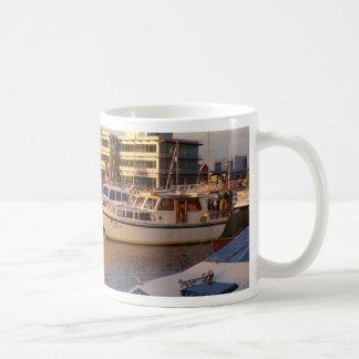 Caneca De Café Barcos em um porto