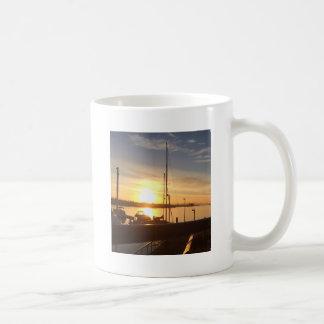 Caneca De Café Barcos no porto no por do sol