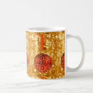 Caneca De Café Bauble vermelho do Natal no ouro