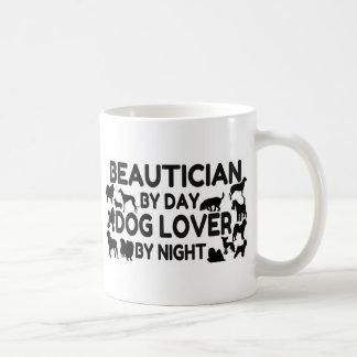 Caneca De Café Beautician pelo amante do cão do dia em a noite