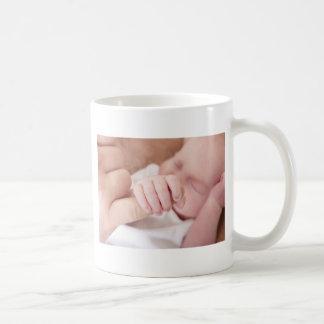 Caneca De Café bebê recém-nascido que guardara o dedo dos pais