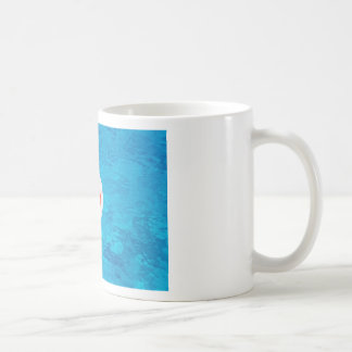 Caneca De Café Bola de praia que flutua na piscina azul