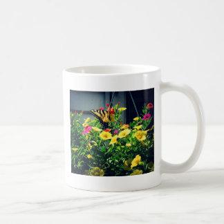 Caneca De Café Borboleta amarela com foto das flores