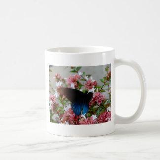 Caneca De Café Borboleta azul e preta em flores cor-de-rosa