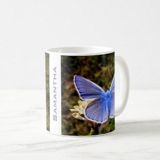 Caneca De Café Borboleta azul personalizada na flor branca