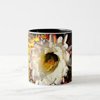 Caneca de café branca do tom da flor dois do cacto