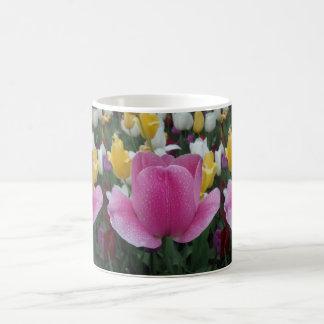 Caneca de café branco cor-de-rosa da flor da
