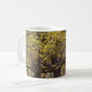 Caneca de café branco da floresta