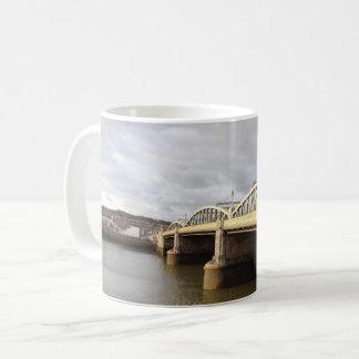 Caneca de café branco da ponte de Rochester