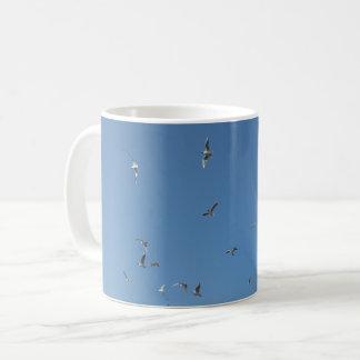 Caneca de café branco das gaivotas do vôo