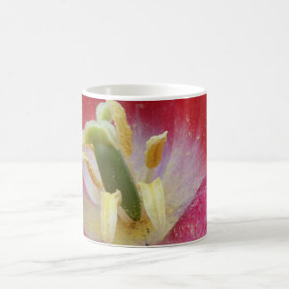 Caneca de café branco descomedido da flor da
