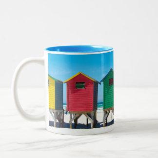 Caneca de café brilhantemente pintada das cabanas