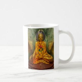 Caneca De Café Buddha dourado no templo