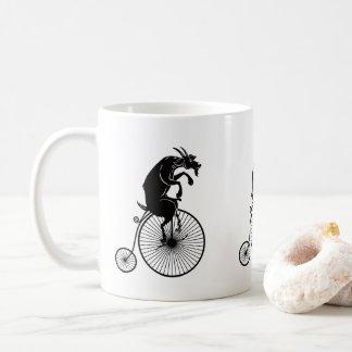 Caneca De Café Cabra que monta uma bicicleta do Farthing da moeda