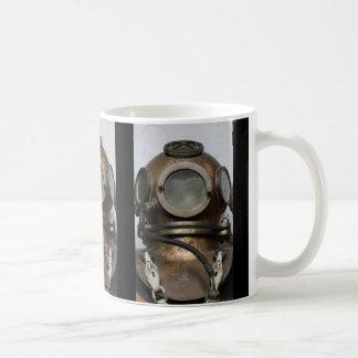 Caneca De Café Capacete subaquático do mergulho do metal antigo