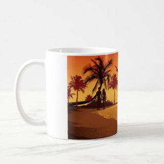 Caneca De Café Casal que anda na praia