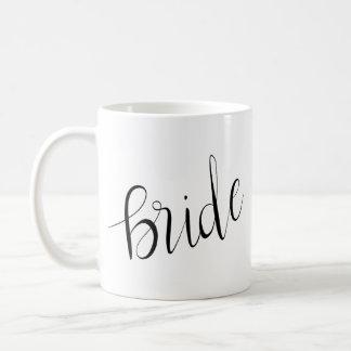 Caneca De Café Casamento elegante simples da tipografia da noiva