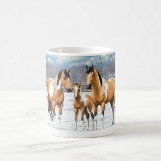 Caneca De Café Cavalos da pintura do Buckskin na neve