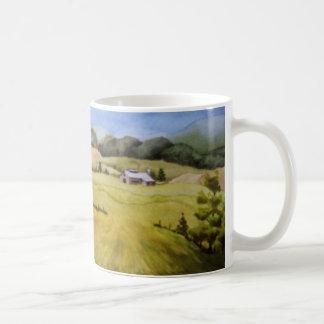Caneca De Café Celeiro rural dos campos de fazenda da paisagem da