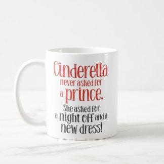 """Caneca De Café """"Cinderella nunca pedida um príncipe"""" engraçado"""