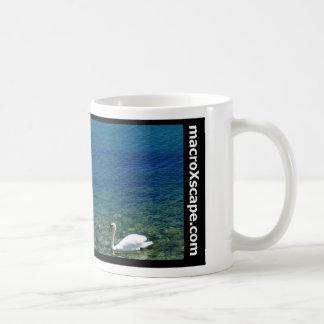 Caneca De Café cisne solitária no oceano azul