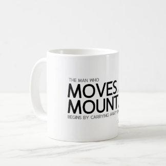 Caneca De Café CITAÇÕES: Confucius: Mova uma montanha, pedras