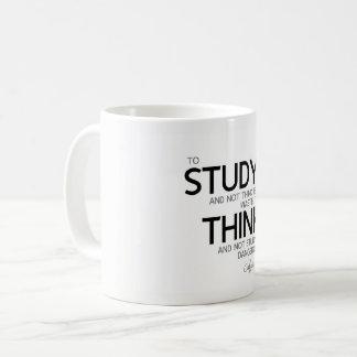 Caneca De Café CITAÇÕES: Confucius: O estudo, pensa