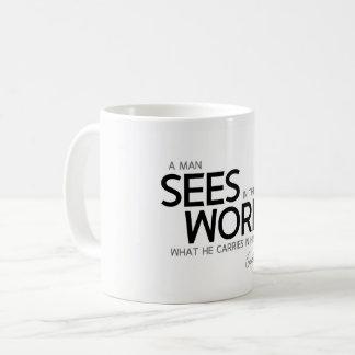 Caneca De Café CITAÇÕES: Goethe: O homem vê no mundo