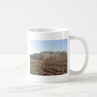 Caneca De Café Colheita do milho da colheita mecanizada no campo
