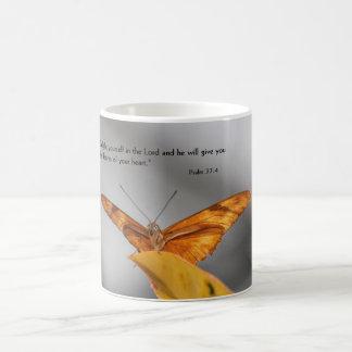 caneca de café com borboleta