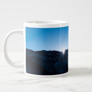 Caneca de café com céu nocturno e nascer do sol da
