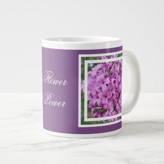 caneca de café com flores roxas