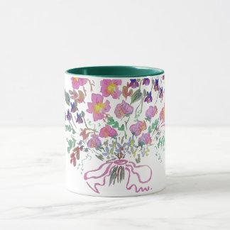 Caneca de café com o buquê das flores