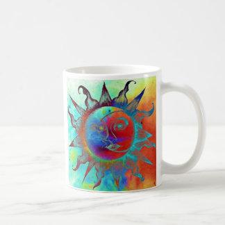 Caneca de café com sol colorido e lua