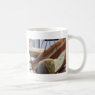 Caneca De Café Composição com tipos diferentes de pão cozido