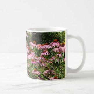 Caneca de café cor-de-rosa bonito do jardim